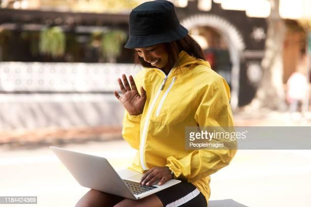 面と向かって会話は常に良いです - チューリップ帽 ストックフォトと画像
