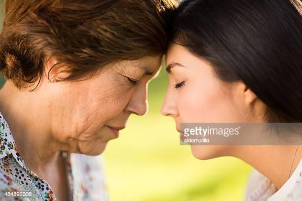 Visage face à Mère et fille
