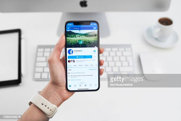 facebook profiel op apple iphone x - social media stockfoto's en -beelden