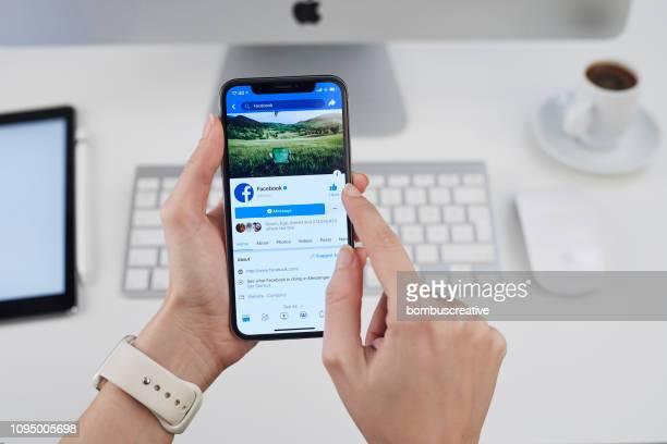 perfil facebook no apple iphone x - rede social - fotografias e filmes do acervo