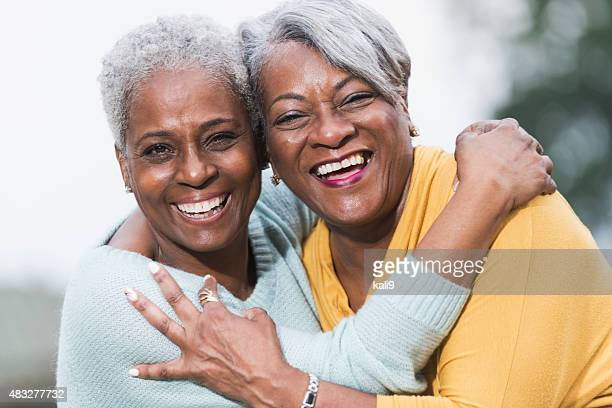 Visages de deux seniors amis afro-américains