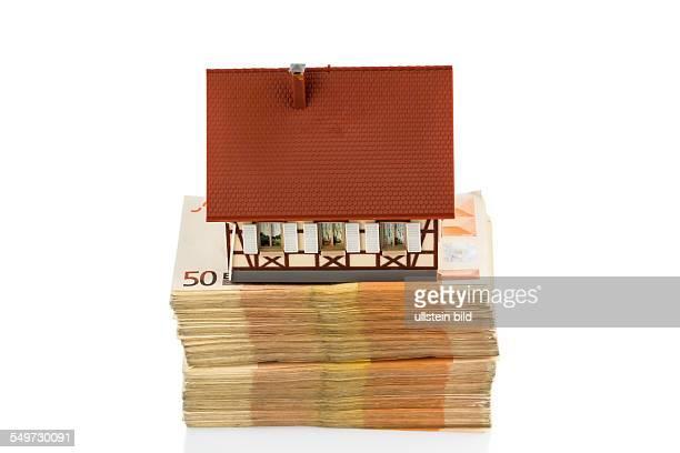 Fachwerkhaus auf Euro Geldscheinen Symbolfoto für Hauskauf Finanzierung Bausparen