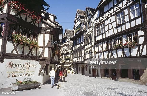 Fachwerkhäuser und Restaurants im historischen Stadtviertel La Petite France von Strasbourg Undatiertes Foto