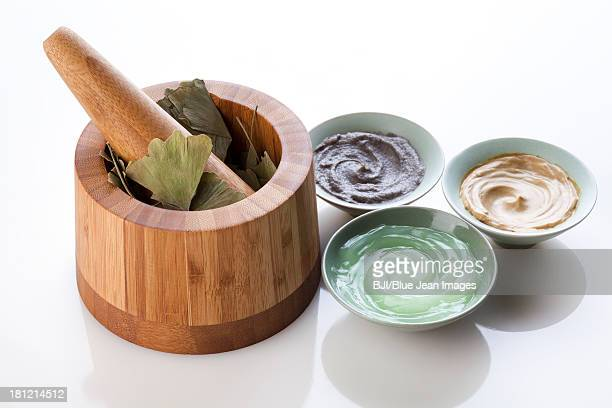 Facial care products with mortar-grinder and ginkgo leaves
