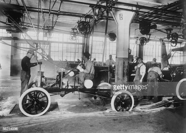 Factories of the Ford cars End of the assembly checking of the bodies of starting Detroit United States 1917