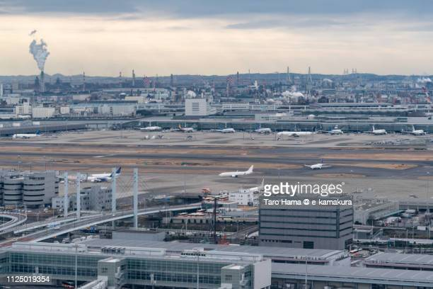 factory area in kawasaki city in kanagawa prefecture and tokyo haneda international airport (hnd) in japan daytime aerial view from airplane - 川崎市 ストックフォトと画像