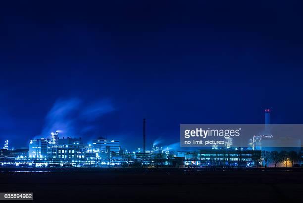 fábrica de noche - dusk dark fotografías e imágenes de stock
