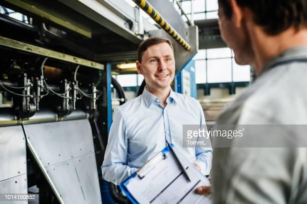 capataz de fábrica, falando com os funcionários - instruções - fotografias e filmes do acervo