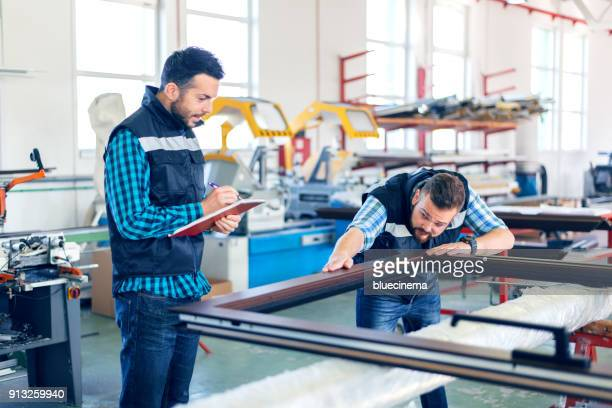 interiores de fábrica para a fabricação de pvc portas e janelas - alumínio - fotografias e filmes do acervo