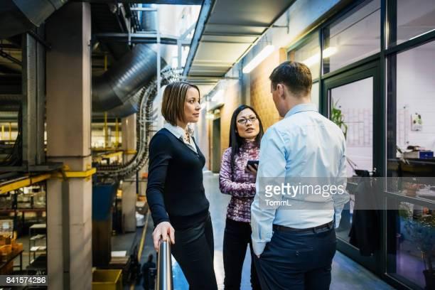 Fabriksledningen diskuterar på hallen