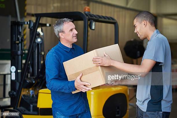Fabrik Eigentümer dauert Lieferung