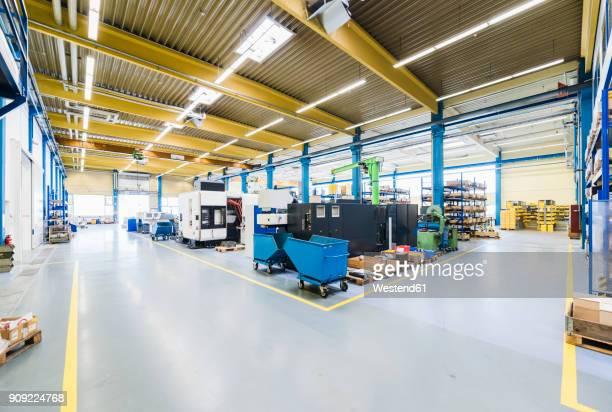factory shop floor - weitwinkelaufnahme stock-fotos und bilder