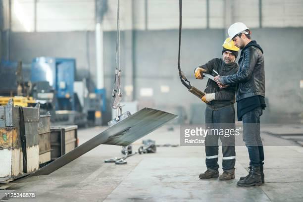 工場労働者の生産の制御 - 吊り上げる ストックフォトと画像