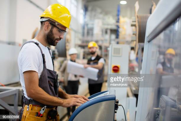 Fabrik-Arbeiter controlling Produktion