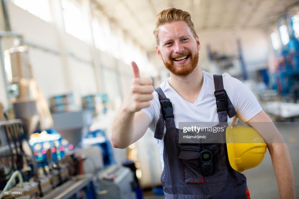 Fabrieksarbeider houden duimen : Stockfoto