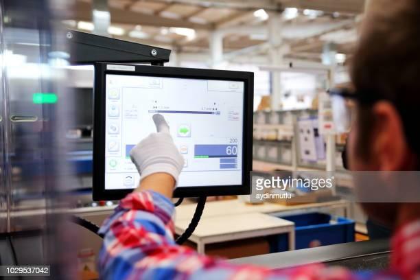 fabrik arbeiter - rechnerunterstützte fertigung stock-fotos und bilder