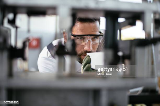 fabrikarbeiter - genauigkeit stock-fotos und bilder
