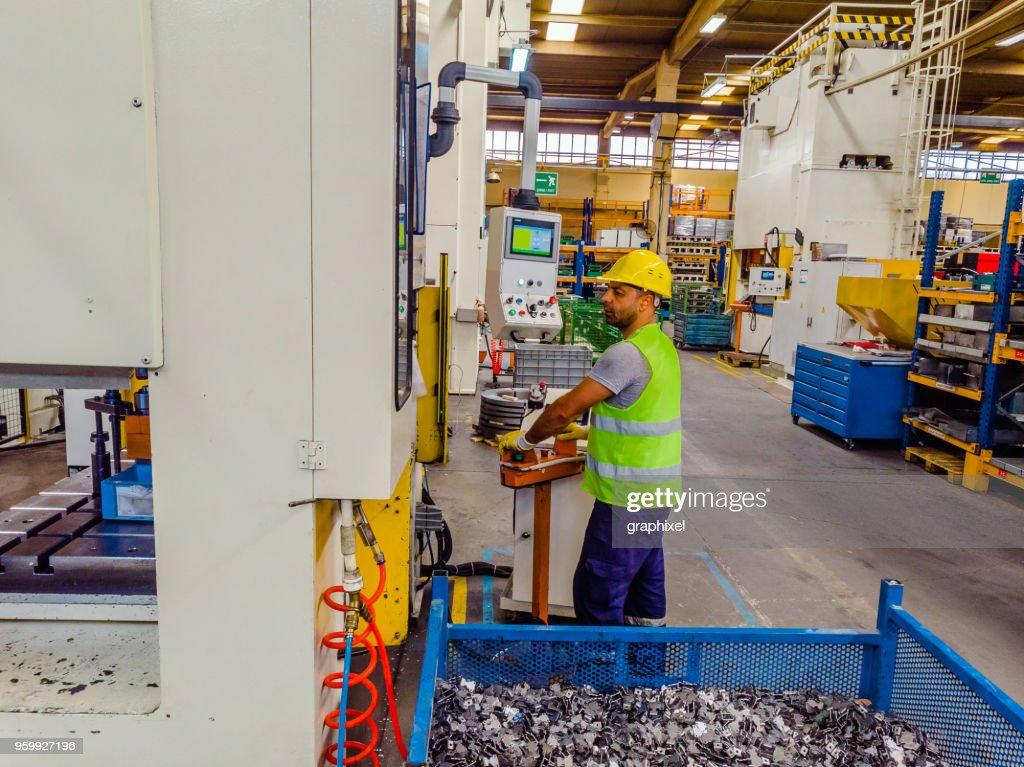 Fabrikarbeiter, die mit Computer bedienbar Automation : Stock-Foto