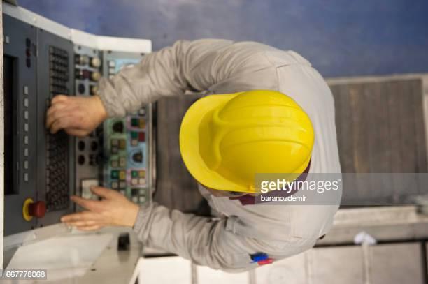 Fabrikarbeiter, die mit Computer Maschinenbedienung