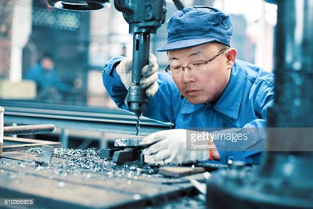 工場の労働者を掘削機