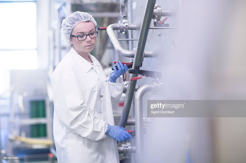 Factory worker working in food production factory : Stock-Foto