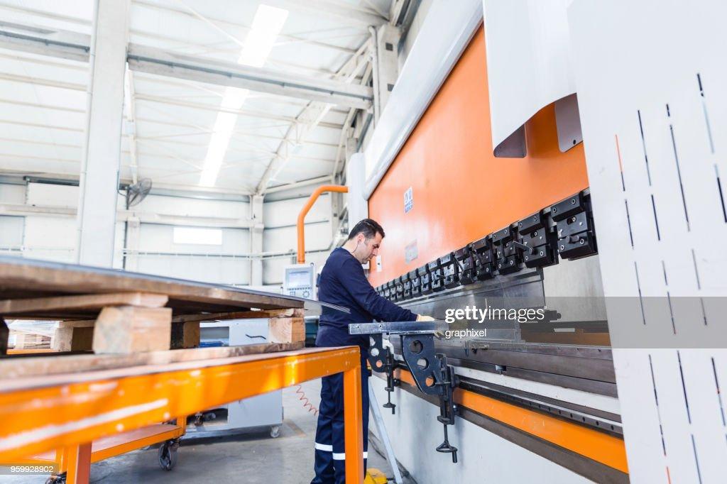 Fabrikarbeiter arbeiten mit CNC-Fräsmaschine : Stock-Foto