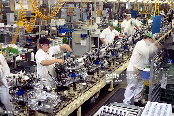 factory workers building engines on assembly line, usa (blurred motion - コンベヤーベルト ストックフォトと画像