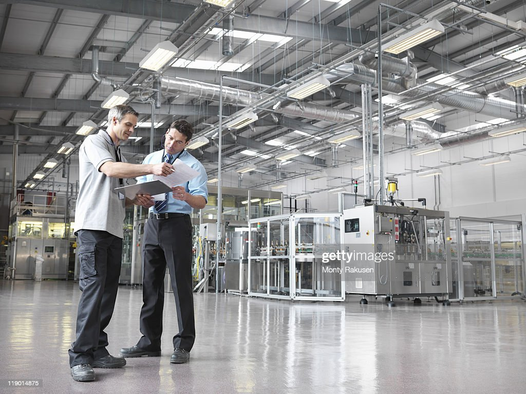 Factory workers in bottling plant : Stock-Foto