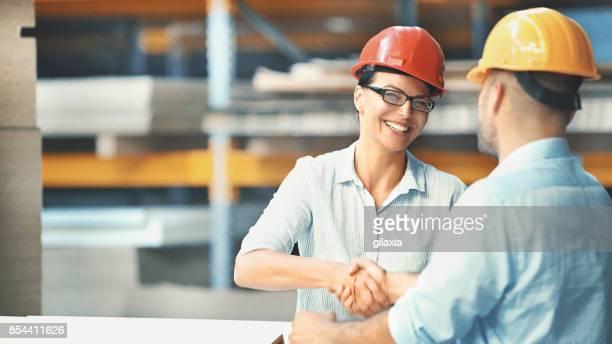 trabalhadores de fábrica. - capacete de trabalho - fotografias e filmes do acervo