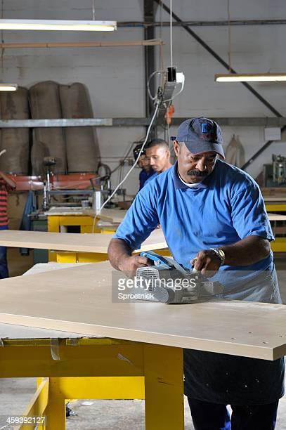 Fabrik Arbeiter mit elektrischer Flugzeug Porträt