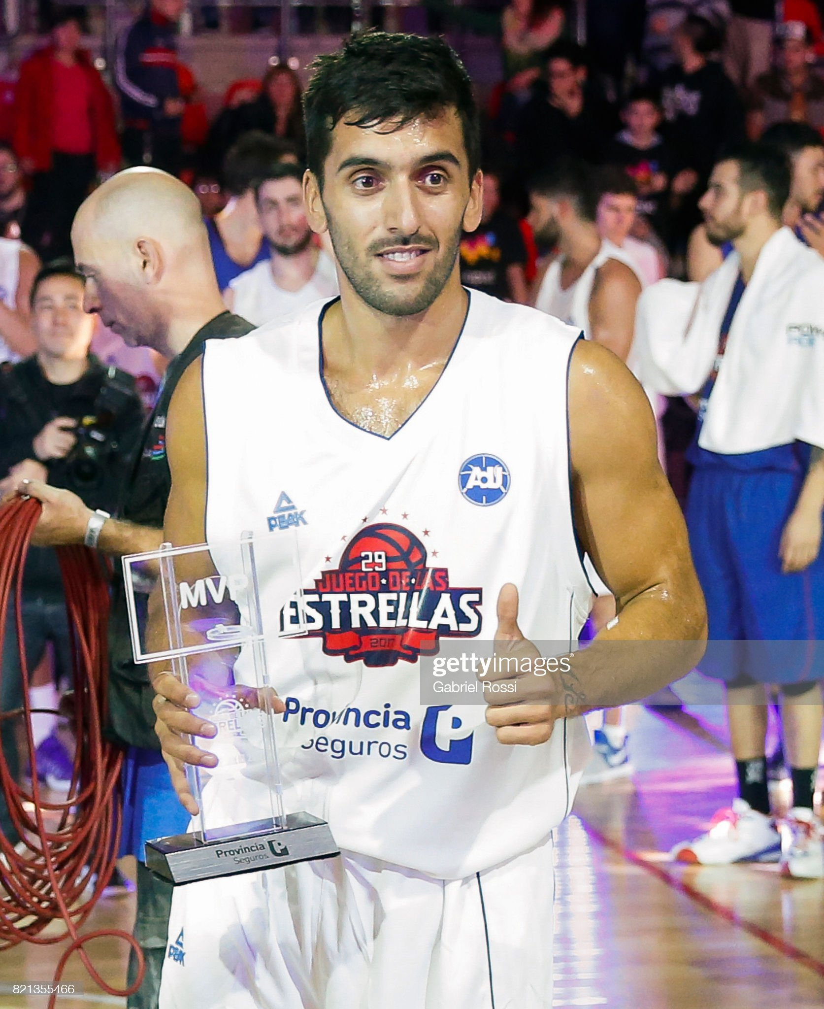 ¿Cuánto mide Facundo Campazzo? - Altura - Real height Facundo-campazzo-of-the-white-team-receives-the-mvp-trophy-at-the-end-picture-id821355466?s=2048x2048