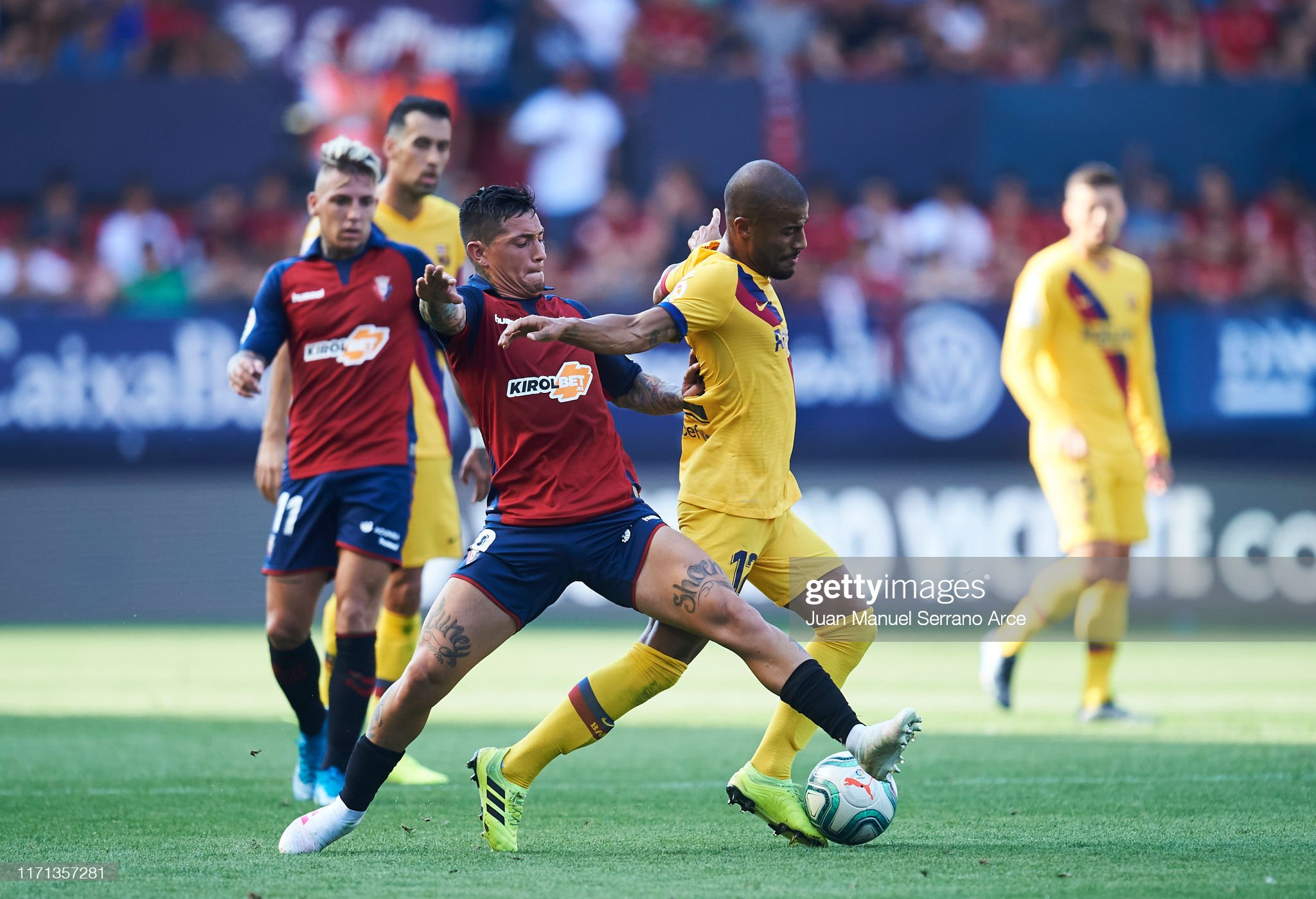 صور مباراة : أوساسونا - برشلونة 2-2 ( 31-08-2019 )  Facundo-roncaglia-of-ca-osasuna-competes-for-the-ball-with-rafinha-picture-id1171357281?s=2048x2048