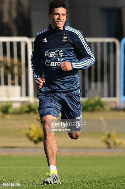 Facundo Roncaglia runs during a training session at Argentine Football Association 'Julio Humberto Grondona' training camp on May 24 2016 in Ezeiza...