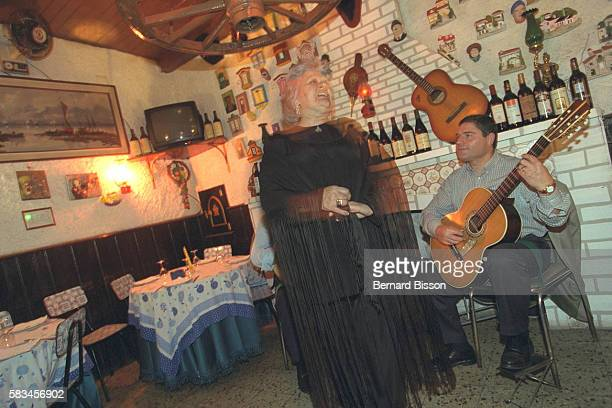Fado singer accompanied by a guitarplayer in the 'Cabacinha' club