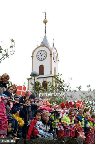 feroês crianças esperando rainha margarethe ii, ilhas faroé, dinamarca - torshavn - fotografias e filmes do acervo