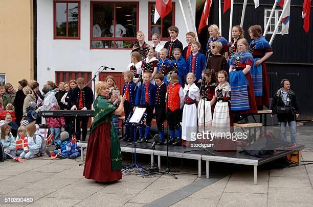 feroês infantil coral em vestidos tradicionais, ilhas faroé, dinamarca - torshavn - fotografias e filmes do acervo