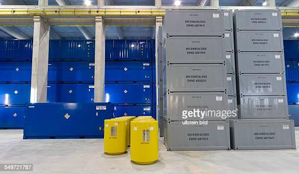 Faesser, Container und Endlagerbehaelter stehen in der Halle 3 des Zwischenlagers Nord in Lubmin . In der Halle stehen Behaelter mit Resten der...