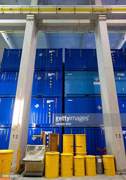 Faesser und Container stehen in der Halle 3 des Zwischenlagers Nord in Lubmin . In der Halle stehen Behaelter mit Resten der demontierten...