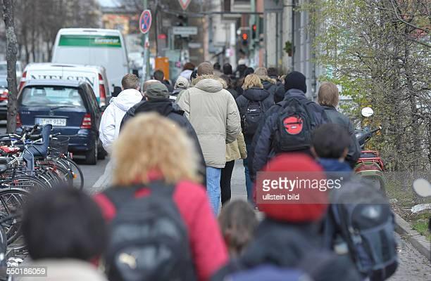 Fahrgäste drängeln sich auf der Greifenhagener Strasse nahe dem S-Bahnhof Schönhauser Allee zu den bereitgestellten Bussen des Schienenersatzverkehrs...