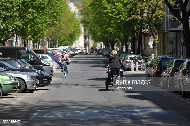 Fahrradfahrer auf der verkehrsberuhigten Senefelder Strasse in BerlinPrenzlauer Berg