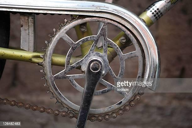 fahrradkurbel an einem alten rad - クランクセット ストックフォトと画像
