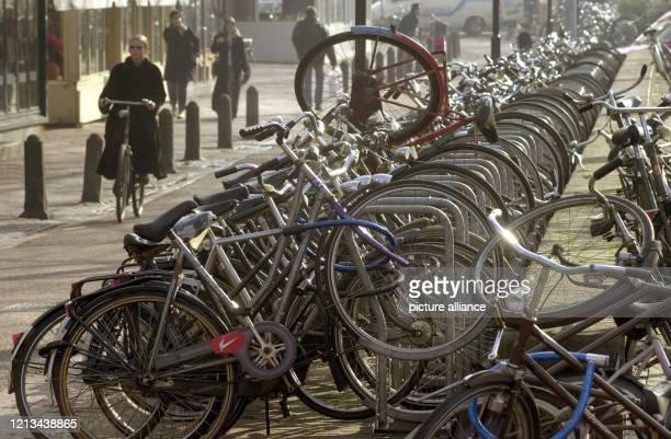Fahrräder, aufgereiht am vor dem Freundschaftsspiel der deutschen Nationalmannschaft gegen die Niederlande am Stadion von Amsterdam.