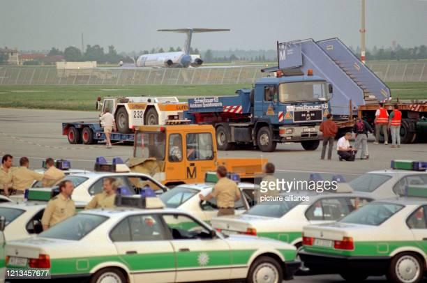 Fahrzeuge und Gangways werden am Samstag den auf dem Flughafen München Riem zum Abtransport auf LKWs verladen Im Vordergund Polizisten und...