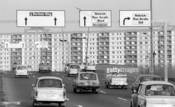 Fahrzeuge vom Typ Trabant Wartburg überqueren die Marzahner Brücke in Berlin aufgenommen im April 1987 Am östlichen Berliner Stadtrand ist seit Ende...