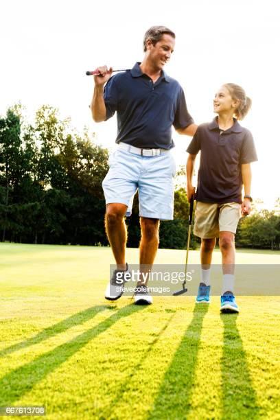 fahter en dochter golf - golfbaan green stockfoto's en -beelden