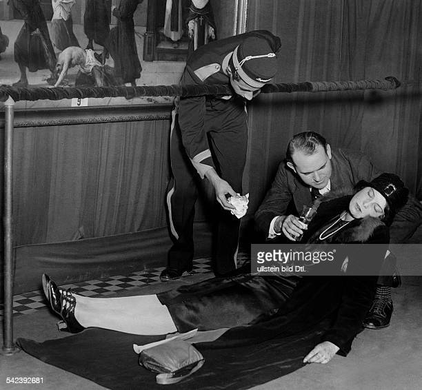 Fainted woman Fainted woman in a museum 1928 Vintage property of ullstein bild