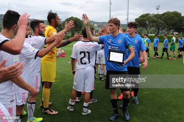 Fair play from the players of US Citta' di Palermo U19 and Novara U19 during the SuperCoppa primavera 2 match between Novara U19 and US Citta di...