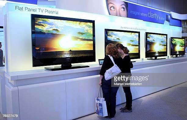Fair visitors look at flat screen televisions by Samsung at the IFA trade fair during the fair's last day at ICC exhibition center September 05 2007...