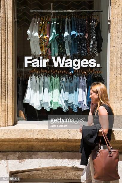 Gerechten Lohn in Kleidung store window