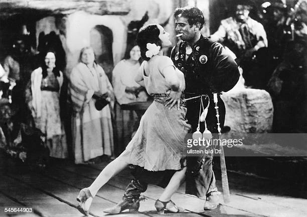 Fairbanks, Douglas, Sr. - Actor, director, screenwriter, producer, USA - *23.05.1883-+ Scene from the movie 'The Gaucho'' with Lupe Velez Directed...